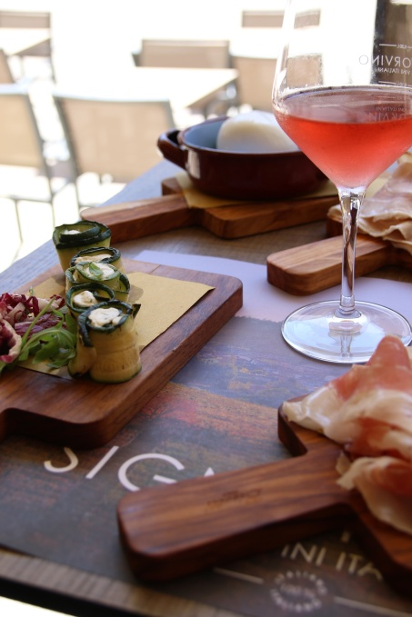 532A0394bord med mat og vin red